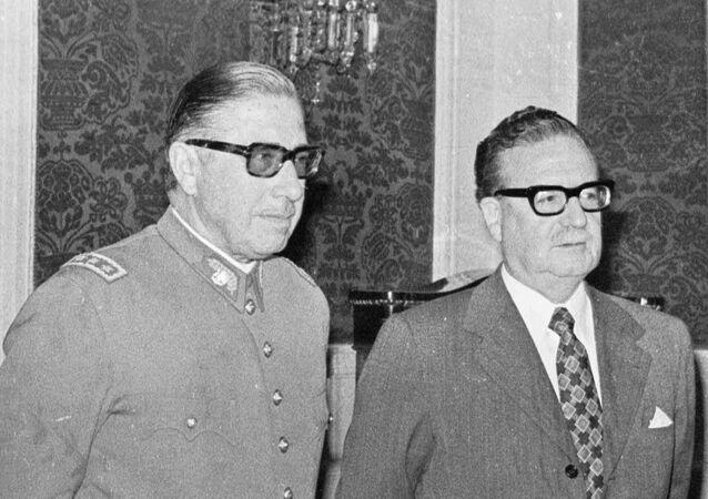 O então general-chefe do Exército do Chile, Augusto Pinochet, e o presidente do país Salvador Allende em foto de 23 de agosto de 1973