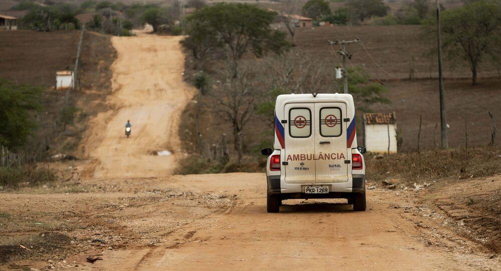 Mais Médicos: ambulância leva paciente no povoado de Tingui, na Bahia