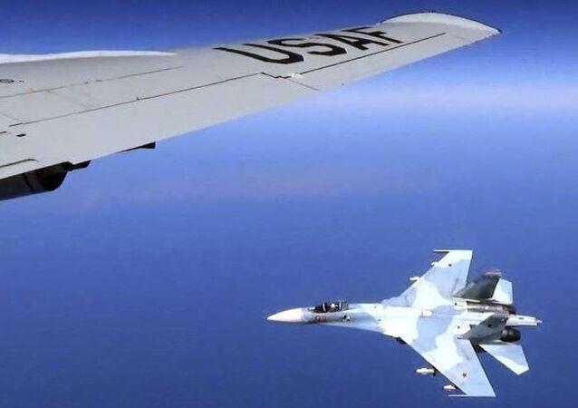 Interceptação de aeronave americana RC-135U por caça SU-27 russo na região do Báltico (imagem de arquivo)