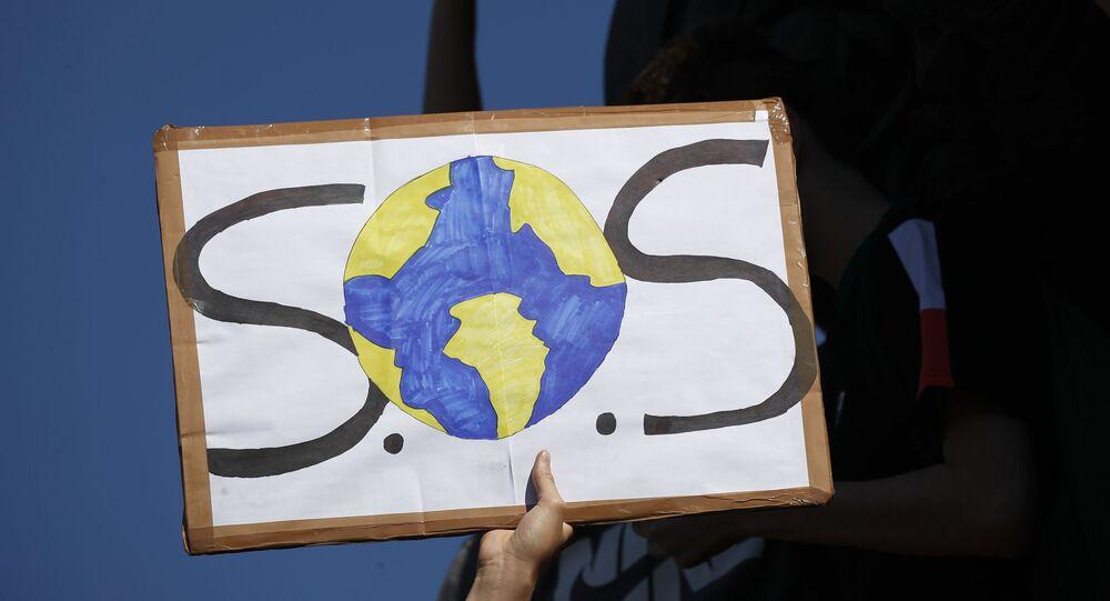 Cartaz da Greve Global pelo Clima nesta sexta-feira (20) em Paris, França.