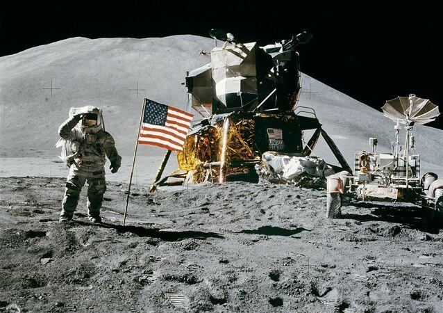 Astronauta americano James Irwin ao lado da bandeira dos EUA na Lua durante missão lunar Apollo 15 em 11 de agosto de 1971