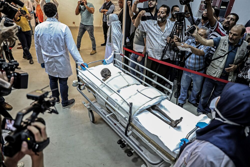 Jornalistas em volta da múmia de Sennedjem no Museu Nacional da Civilização Egípcia (NMEC), no Cairo