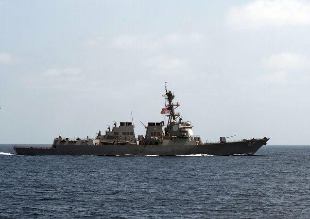 Navio da Marinha norte-americana em operação no golfo Pérsico