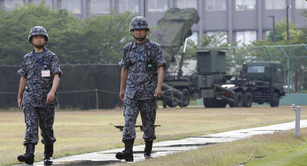 Militares japoneses ao lado de sistema antimíssil PAC-3 Patriot