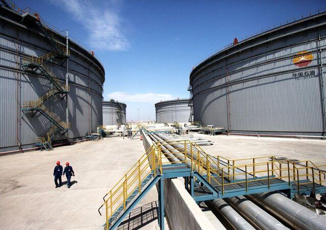 Inspetores chineses patrulham tanques de petróleo da Corporação Nacional de Petróleo da China (CNPC), em Tianjin, China
