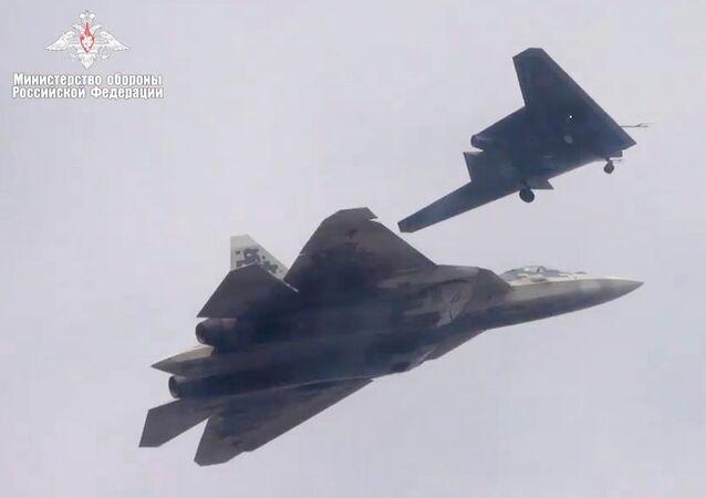 Drone de ataque russo Okhotnik faz seu primeiro voo conjunto com o caça SU-57, em 27 de setembro