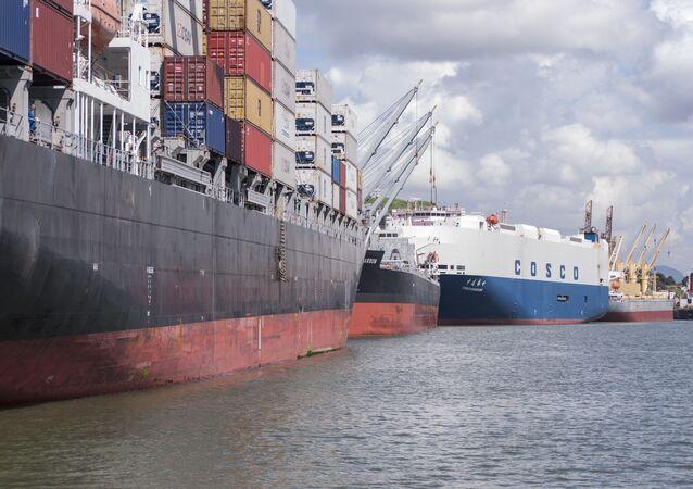 Embarque e desembarque de cargas no porto de Vitória, no Espírito Santo em 17 de abril de 2011.