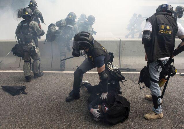 Policiais durante a detenção de manifestantes em Hong Kong (arquivo)