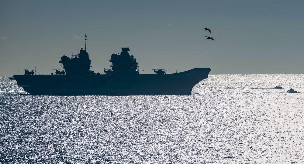 Navio HMS Queen Elizabeth, o maior navio de guerra já construído para a Marinha Real britânica, chega ao território britânico de Gibraltar, 9 de fevereiro de 2018