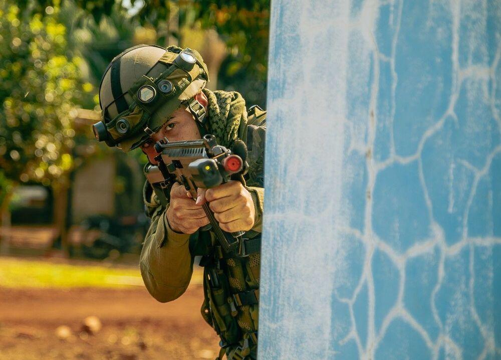 Militar brasileiro durante treinamento de operação de defesa da Usina de Itaipu.