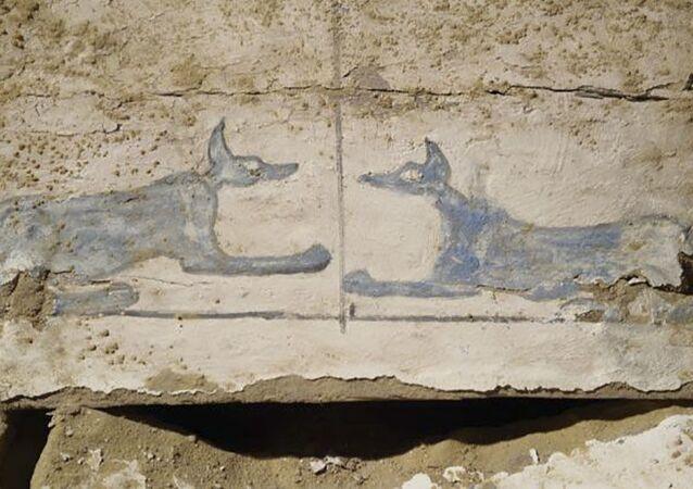 Tumba com falsas inscrições de cabeça de chacal, representando o Deus da Morte, Anúbis