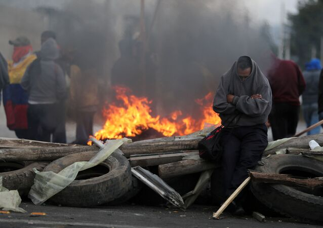 Pessoas no Equador bloqueando estrada durante protestos contra alta de combustíveis