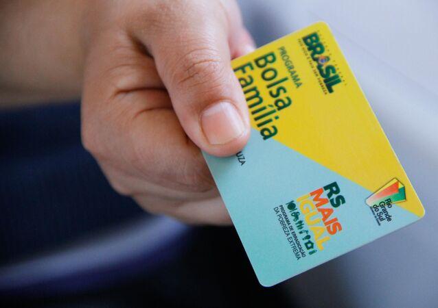 Vista do Cartão Bolsa Família, da Caixa Econômica Federal, que serve para o beneficiário do programa realize o saque mensal do valor do programa