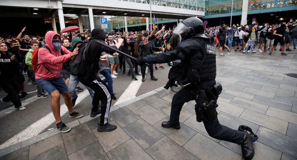 Policiais chocam com manifestantes que protestam no aeroporto após veredicto em um julgamento em torno do proibido referendo pela independência, em Barcelona, Espanha, 14 de outubro de 2019