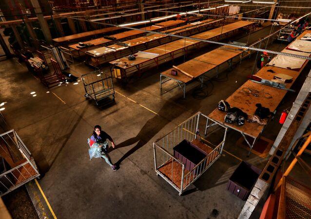 Das seis bancadas de corte da fábrica de estofados Luizzi, em Rio Claro (SP), somente duas estão operando e parcialmente. Mais de 200 empregados foram demitidos