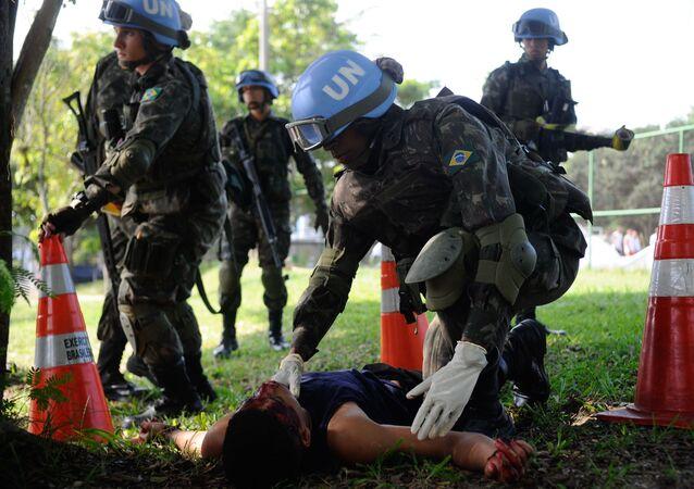 Soldado brasileiro em treinamento especial para o trato de tragédias humanitárias, antes de ser enviado ao Haiti