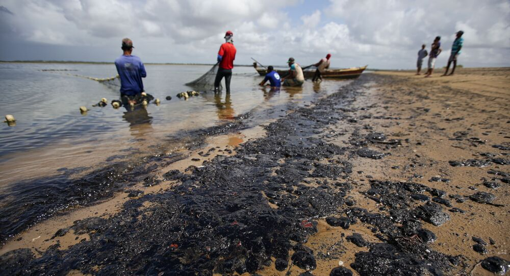 Óleo atinge praia do Viral e prejudica pesca em área isolada na cidade de Aracaju (SE)