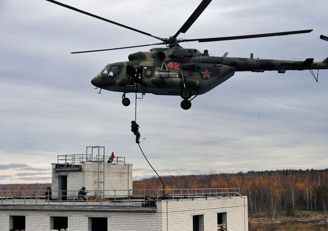 Soldados em Helicóptero Mi-8 treinam a evacuação de civis em caso de ataque estrangeiro