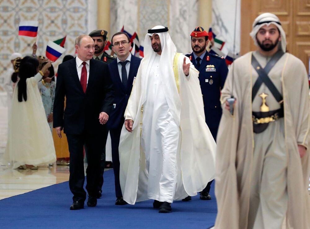 Presidente da Rússia, Vladimir Putin, e o príncipe herdeiro de Abu Dhabi, Mohammed bin Zayed Al Nahyan, durante a cerimônia do encontro oficial