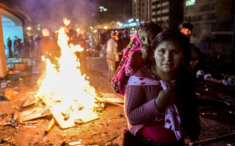 Uma mulher e sua filha durante protestos perto da Casa da Cultura em Quito, no Equador
