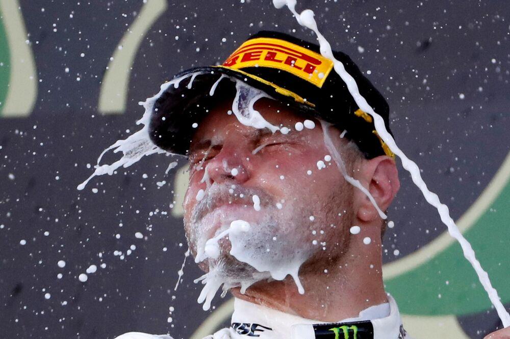 Piloto da equipe da Mercedes Valtteri Bottas celebra a vitória no Grande Prêmio do Japão, na classe de carros de Fórmula 1