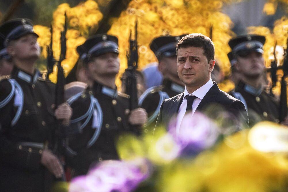Presidente da Ucrânia, Vladimir Zelensky, durante a cerimônia de colocação de flores no monumento da Liberdade em Riga, Letônia
