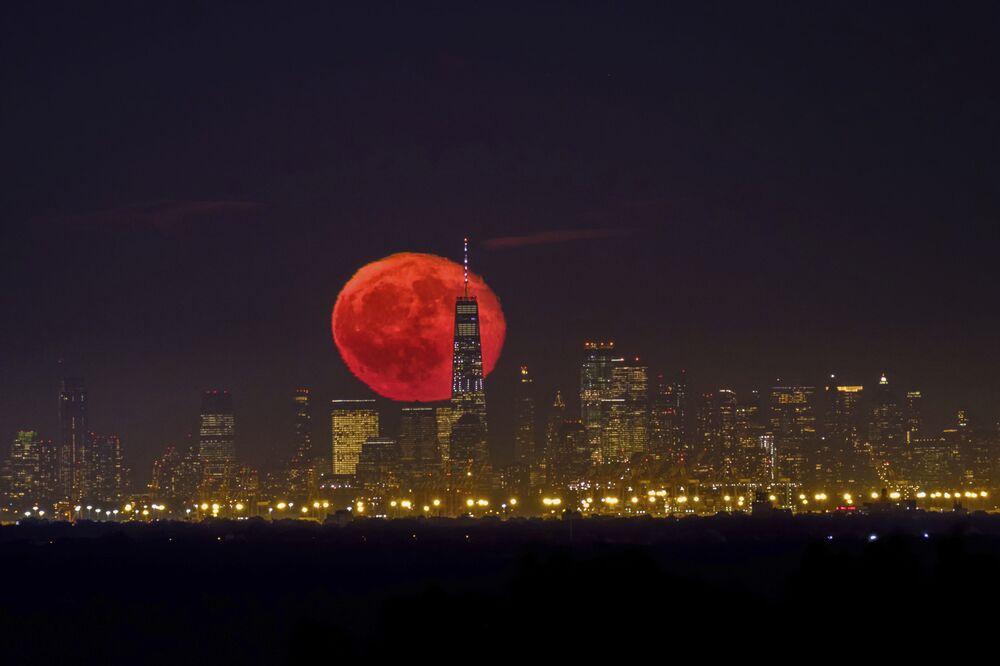 Nascer da Lua de sangue sobre arranha-céus de Nova York