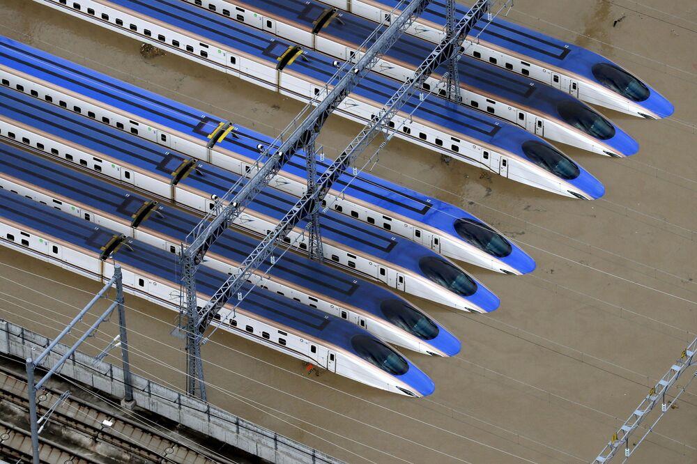 Estação ferroviária com trens na cidade de Nagano, Japão, inundada em resultado do tufão Hagibis
