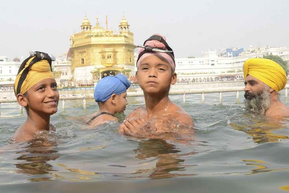 Siques durante banhos no lago do Templo Dourado na cidade de Amritsar