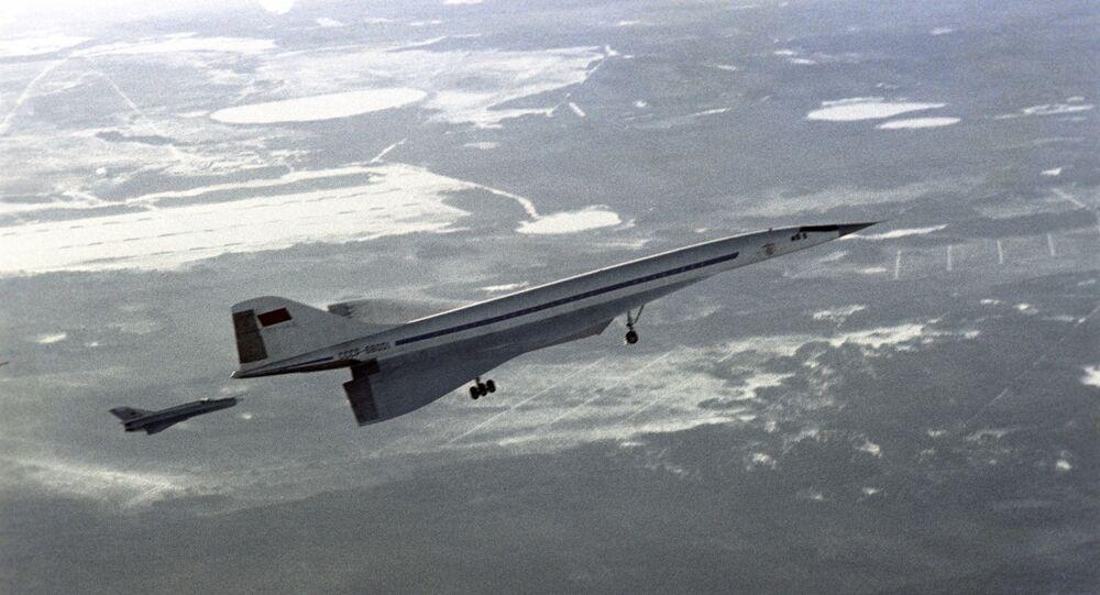 Avião supersônico de passageiros soviético Tu-144 voando