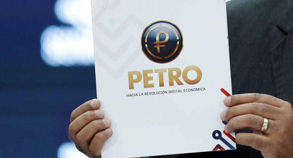 Presidente da Venezuela, Nicolás Maduro, mostra documento enquanto fala durante evento de abertura do comércio internacional do Petro, a moeda criptográfica desenvolvida pelo governo venezuelano, em Caracas, Venezuela, 1º de outubro de 2018