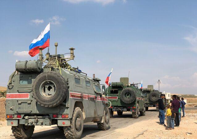 Veículos blindados da Polícia Militar da Rússia perto da cidade de Kobane, Síria
