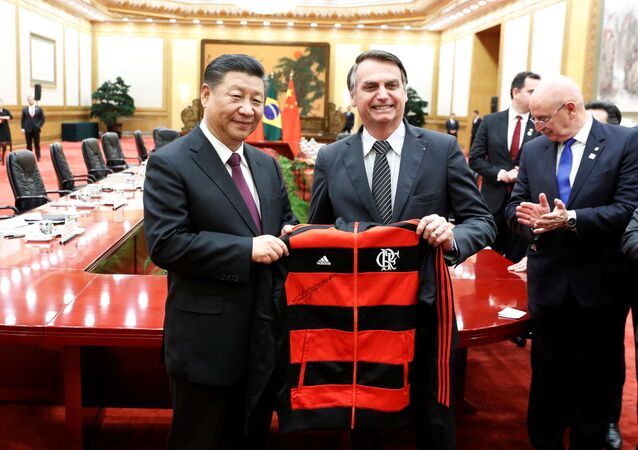 O presidente da China, Xi Jinping, ganha camisa do Flamengo de presente do presidente do Brasil, Jair Bolsonaro, em Pequim, China, 25 de outubro de 2019.