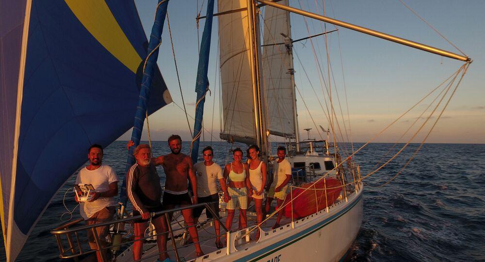 Navegador Aleixo Belov e seus alunos da embarcação Fraternidade