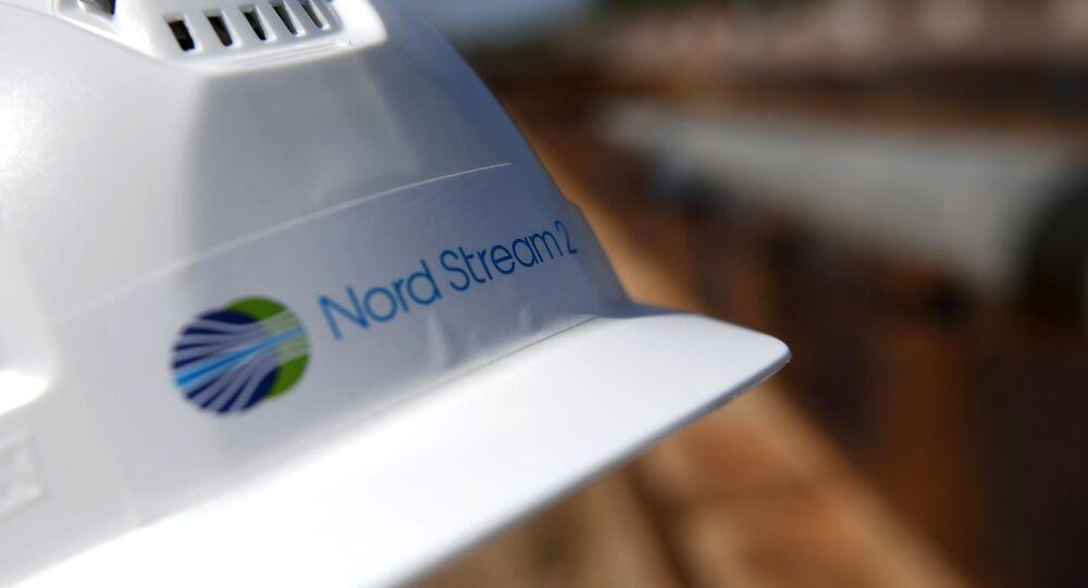 Capacete de trabalhador do projeto Nord Stream 2, em pátio na região de Leningrado. O gasoduto deve sair da costa russa em direção à Alemanha