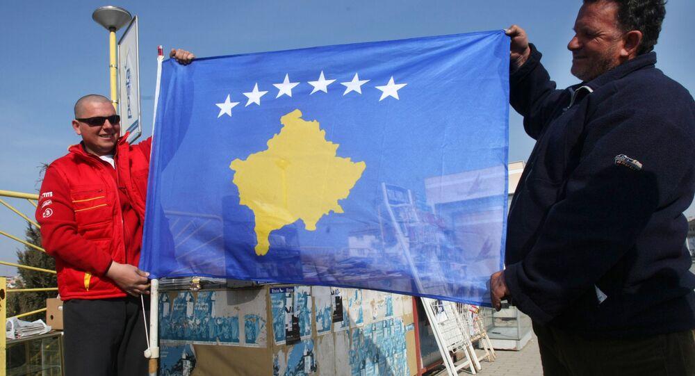 Moradores de Pristina levantam a bandeira de Kosovo