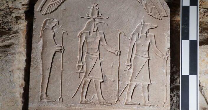 Pedra esculpida em catacumba de 2.000 anos no Egito