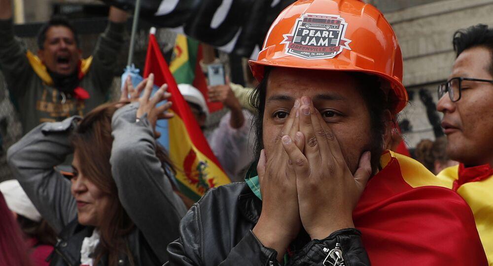 Opositores do presidente da Bolívia, Evo Morales, reagem à sua renúncia, em La Paz, no dia 10 de novembro de 2019
