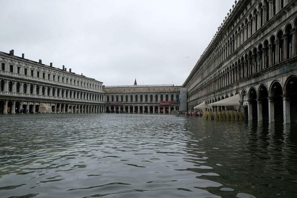Outro ângulo mostra inundação na praça italiana