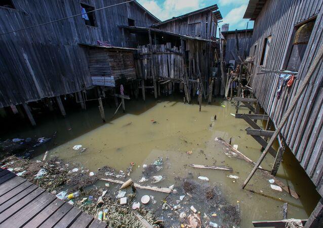 Moradores da comunidade de Vila da Barca, em Belém (PA), não possuem nenhum tipo de coleta de esgoto, convivem com esgoto a céu aberto e lixo que é jogado direto na água.