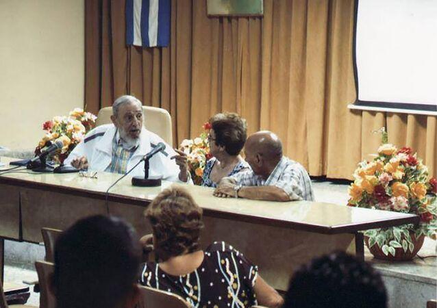 Fidel Castro em debate em um instituto de pesquisa do Ministério da Indústria Alimentícia.