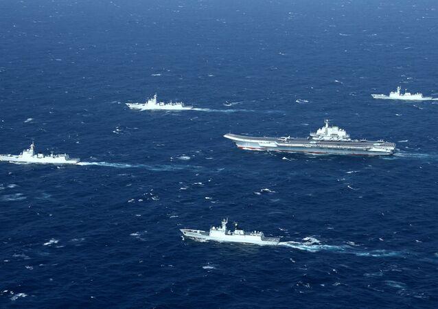 Porta-aviões Liaoning da China com a frota que o acompanha durante simulação em uma área do mar do Sul da China (imagem de arquivo)