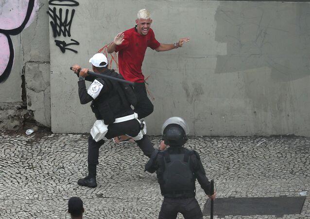 Polícia Militar do Rio de Janeiro dispersa festa do Flamengo.