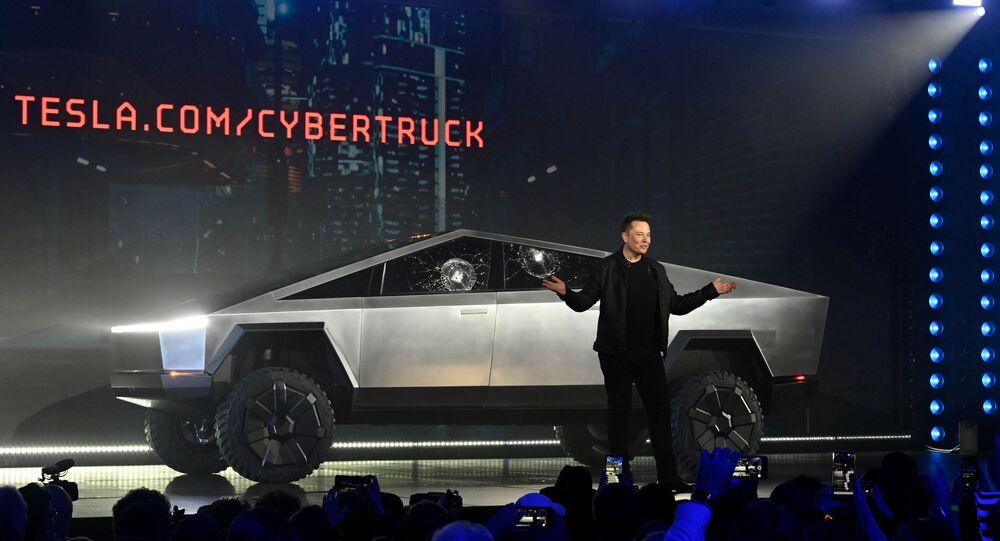 Diretor executivo e fundador da Tesla, Elon Musk, na frente das janelas rachadas da primeira picape elétrica da empresa, a Cybertruck, em 21 de Novembro de 2019