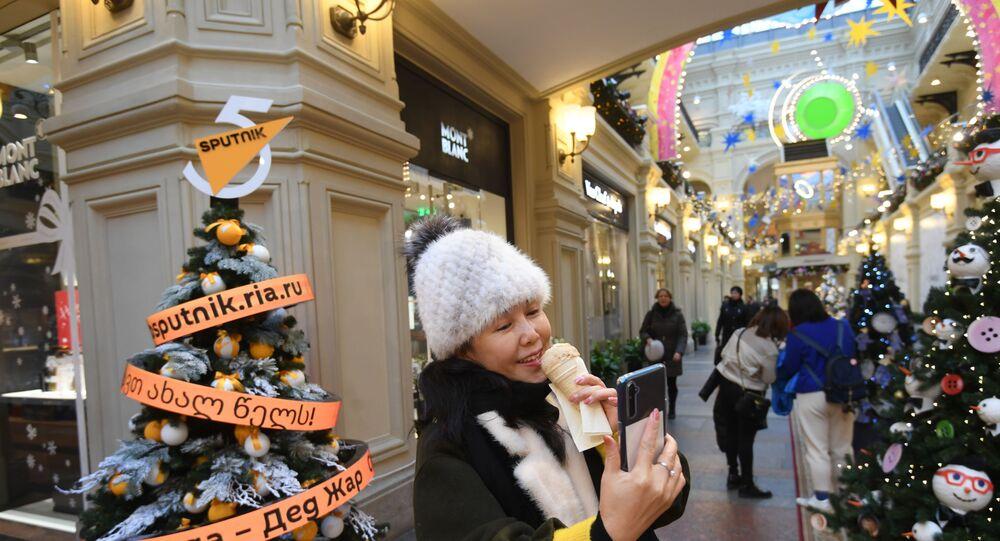 Árvore de Natal da Sputnik localizada na principal casa comercial do país, situada na Praça Vermelha
