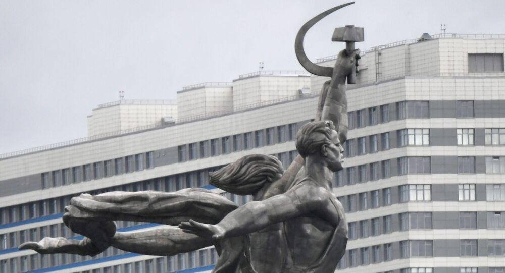 Estátua Trabalhador e Camponesa, símbolo dos estúdios de cinema soviético Mosfilm, no parque VDNKh de Moscou