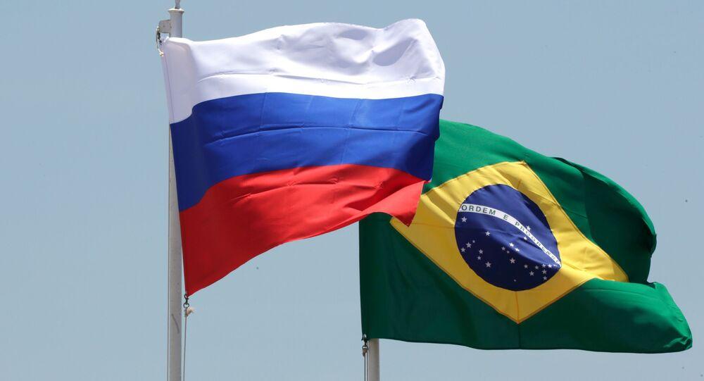 Bandeiras da Rússia e do Brasil