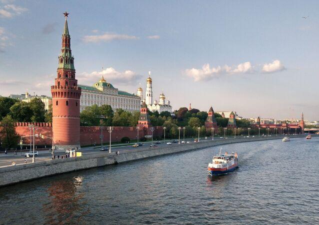 Barco turístico passando pelo rio Moscou, perto do Kremlin