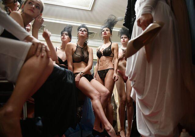 Modelos antes do desfile na semana de moda na cidade de Yalta, na Crimeia, Rússia