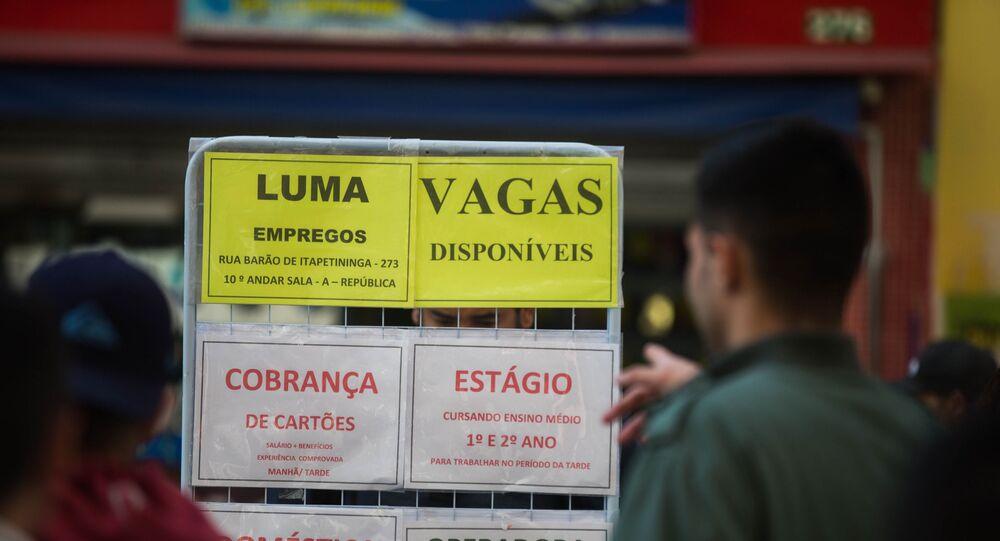 Pessoas observam ofertas de emprego na rua Barão de Itapetininga no centro de São Paulo.